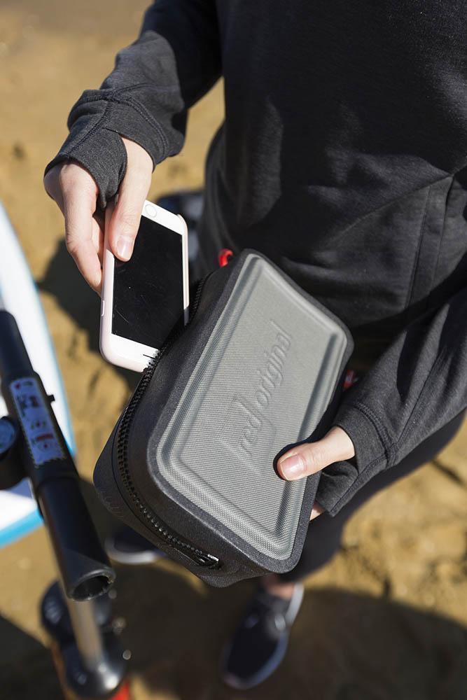 Telefon lahko shraniš v torbici za telefon ali v nepremočljivi torbi.