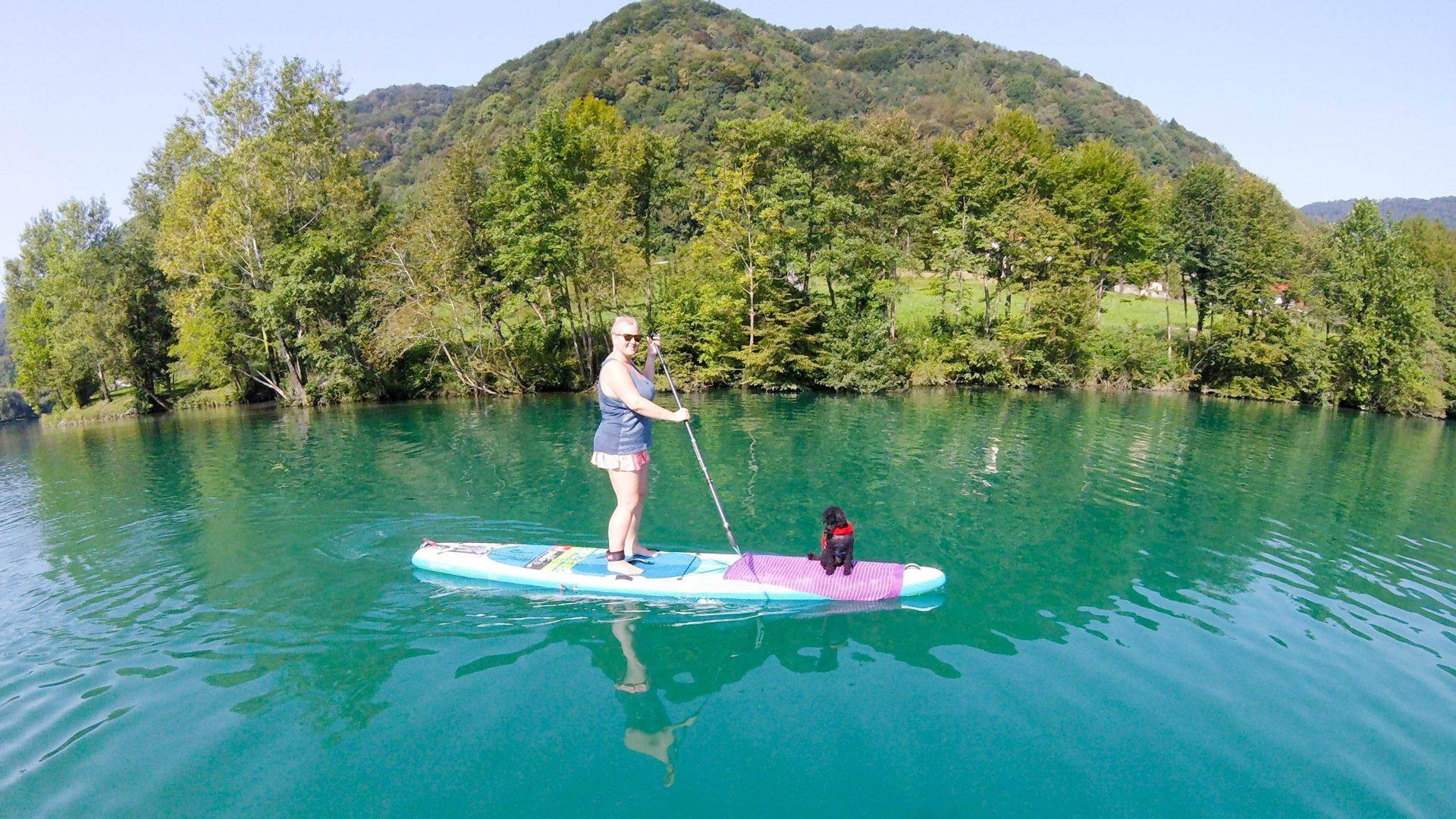 Supanje s psom je lahko prijetno za oba, saj tudi pes na podoben način uživa v naravi.