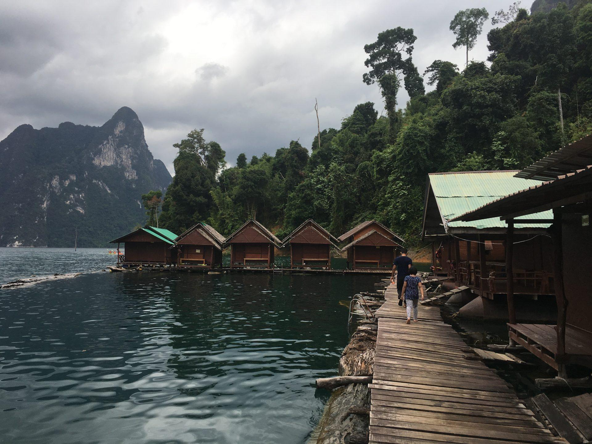 enostavne lesene hiške na leasenem pomolu brez elektrike na jezeru Khao Sok - Tajska