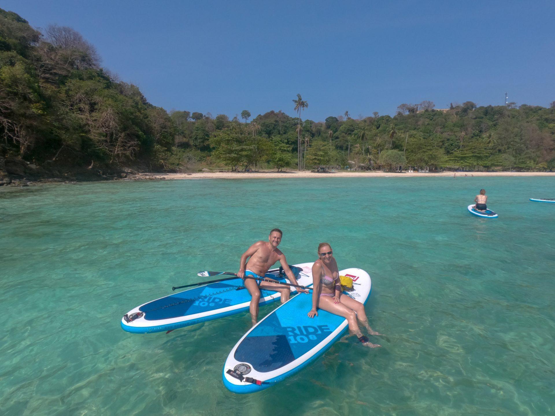 Supanje na turkizni modrini PhiPhi otoka