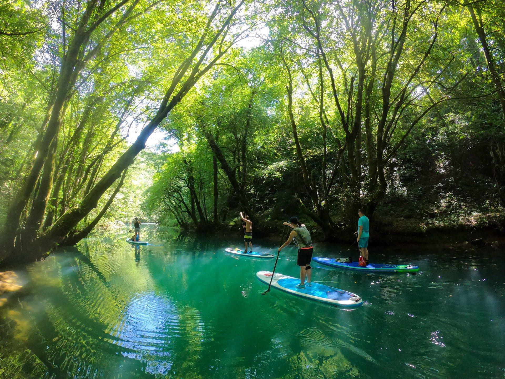 Suparji se spuščajo po skrivnostni reki turkizne barve