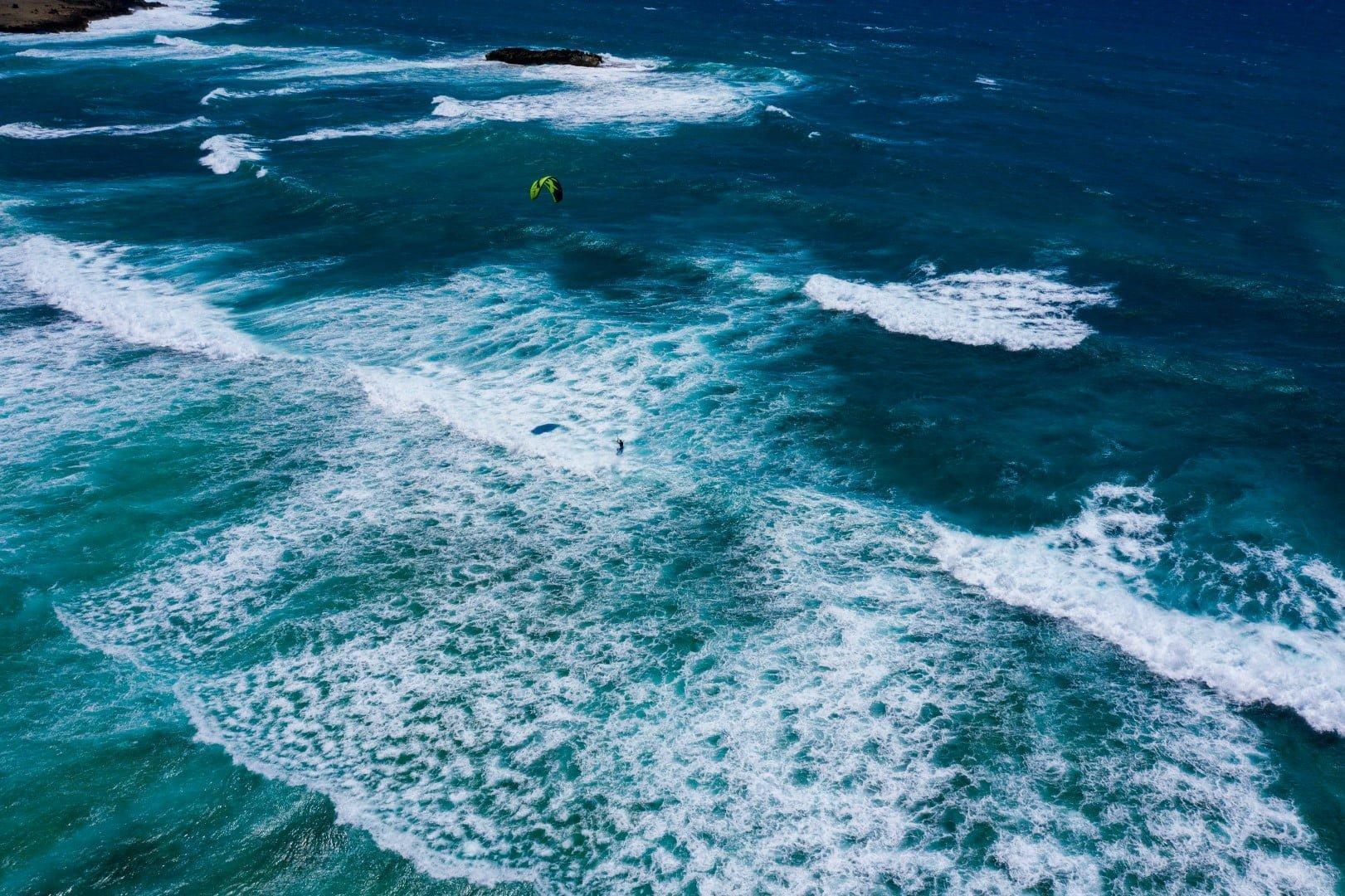 Na grebenu se delajo lepi valovi