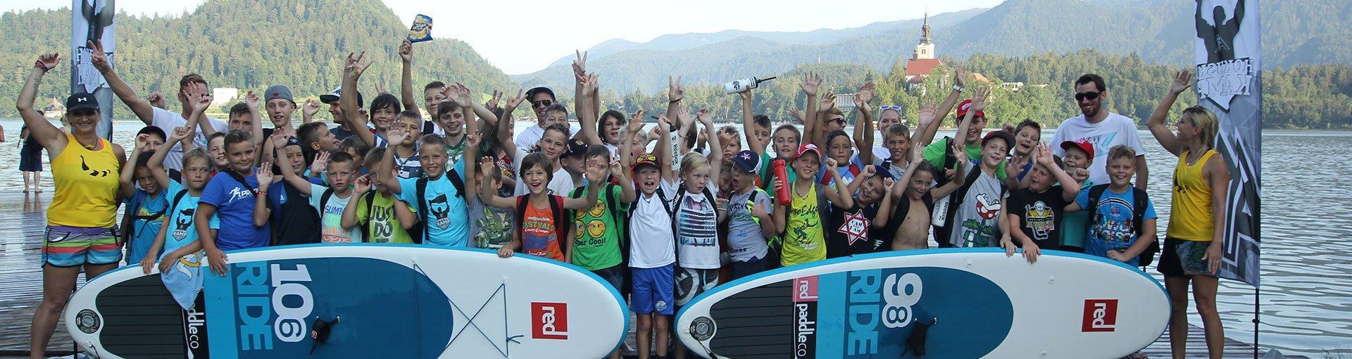 Veseli otroci po zaključenem suparskem kempu