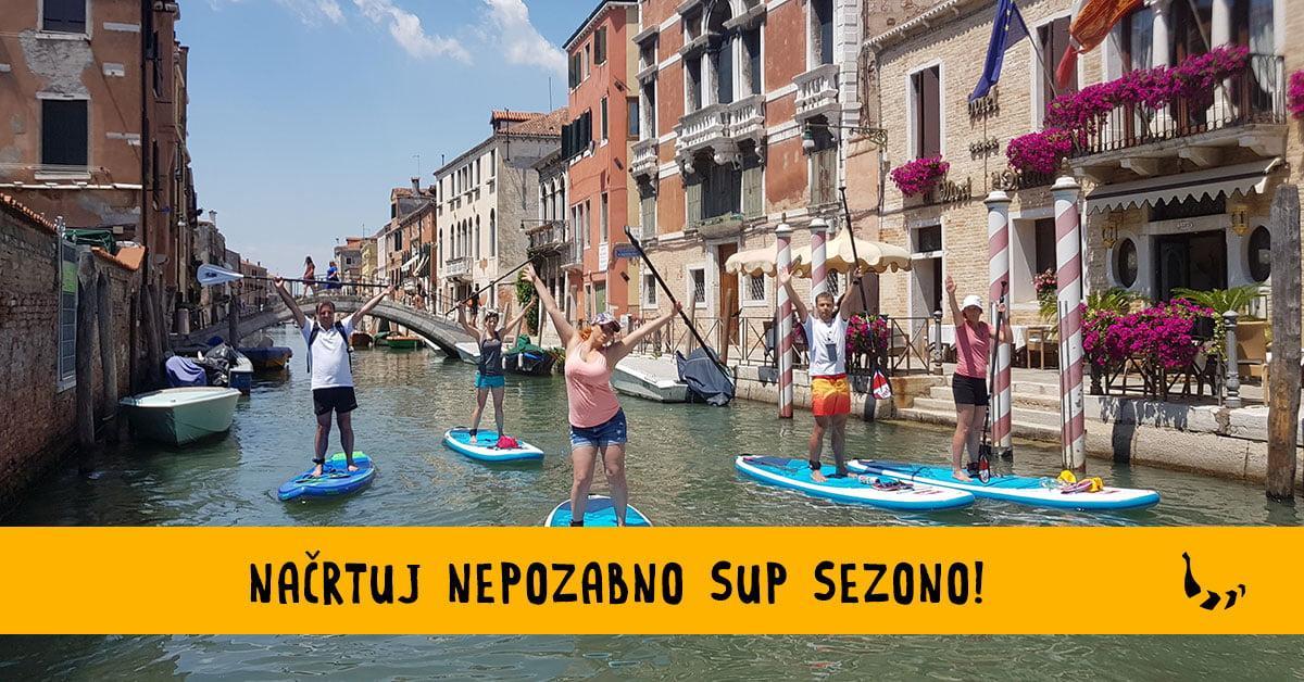 Skupina suparjev supa po kanalih Benetk in uživa v svoji sup sezoni