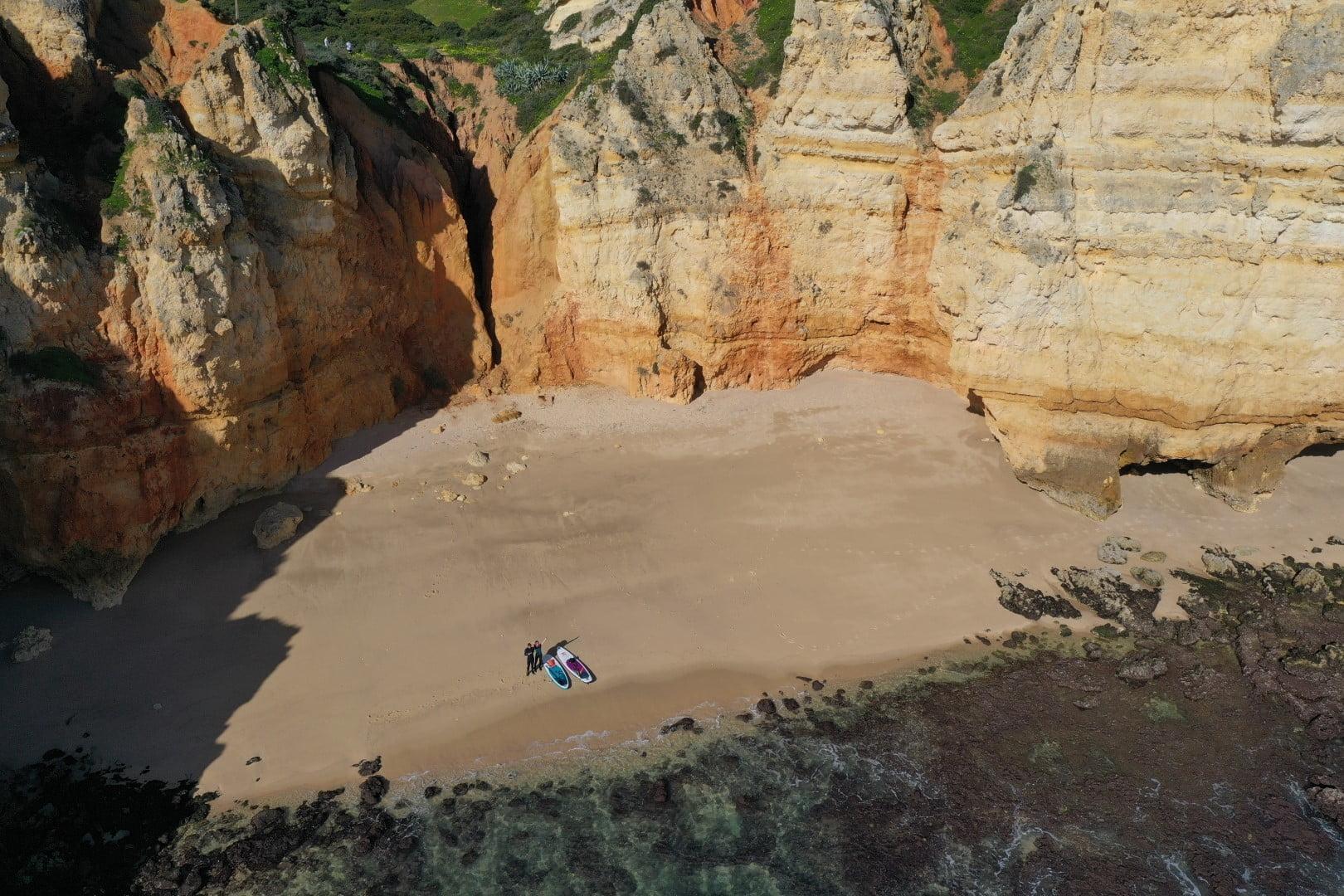 Suparja sta se zatekla na samotno peščeno plažo na Portugalskem